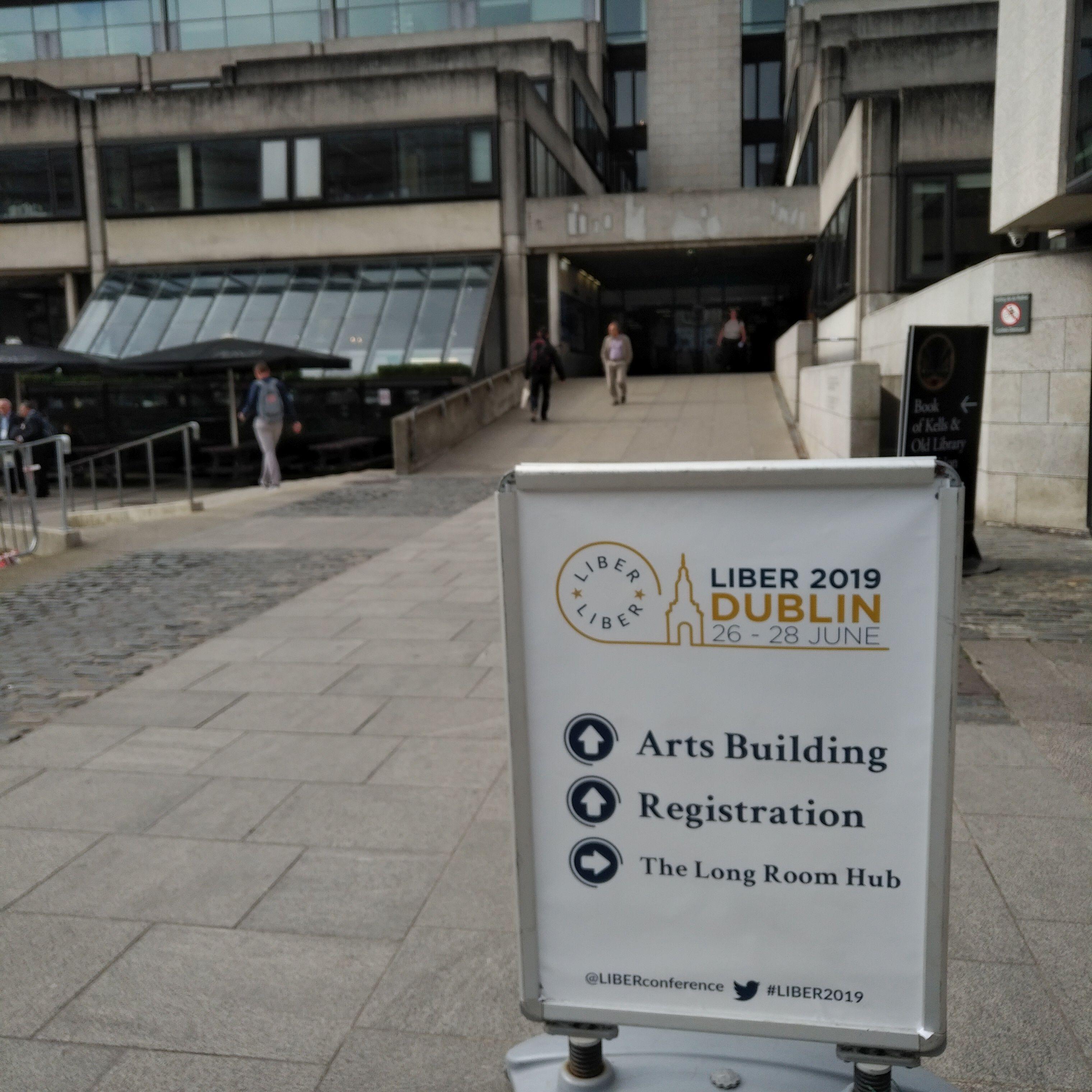 Schild zur LIBER2019-Tagung vor dem Arts Buildung auf dem Campus des Trinity College Dublin