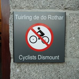 """ein Schild mit der Aufschrift """"Cyclist Dismount"""" / """"Tuirling de do Rothar"""""""
