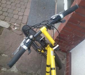 der notlenker. hat wacker ausgeholfen, aber mit ihm sah das fahrrad nach dem aus, was es ist: nach einem simplen alten mountainbike ...